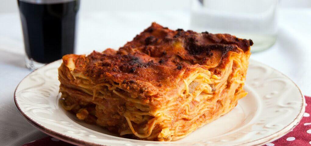 Vincisgrassi: pasta all'uovo condita con besciamella e ragù di carne